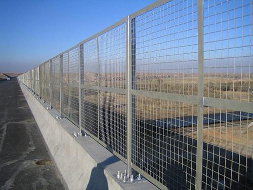 南方高速公路护栏网工程案例