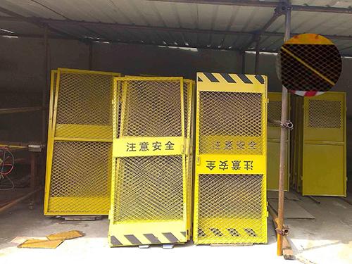 施工电梯防护门工程案例
